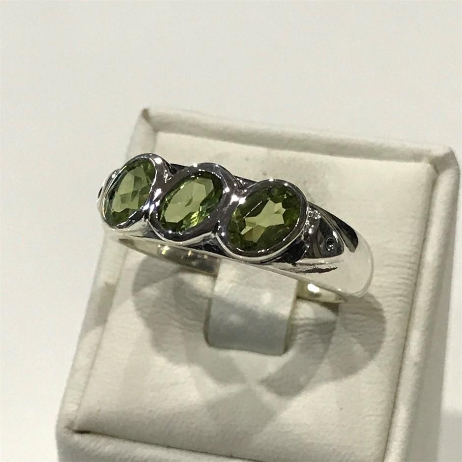 Beautiful Three Stone Peridot Ring Size R (9)