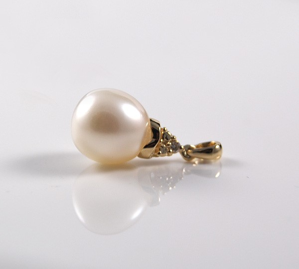 Freshwater pearl and diamond set pendant in 14ct yellow gold