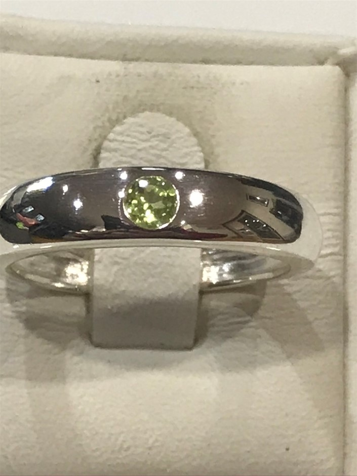 Stunning Peridot set Solid Silver Ring Size N (7)