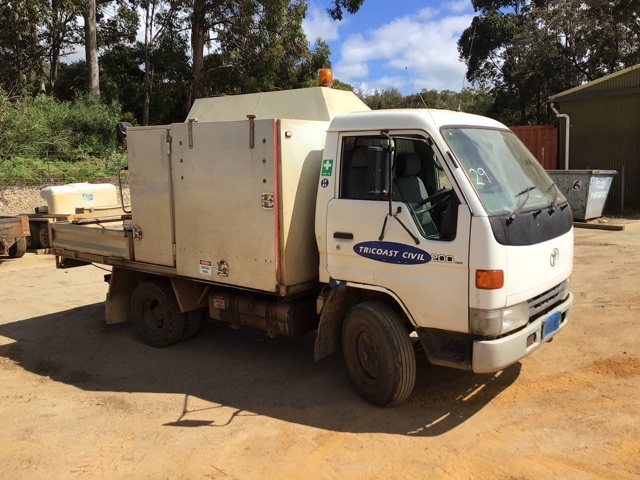 2000 Toyota DYNA 200 LWB 4 x 2 Service Truck (See Grays Note)